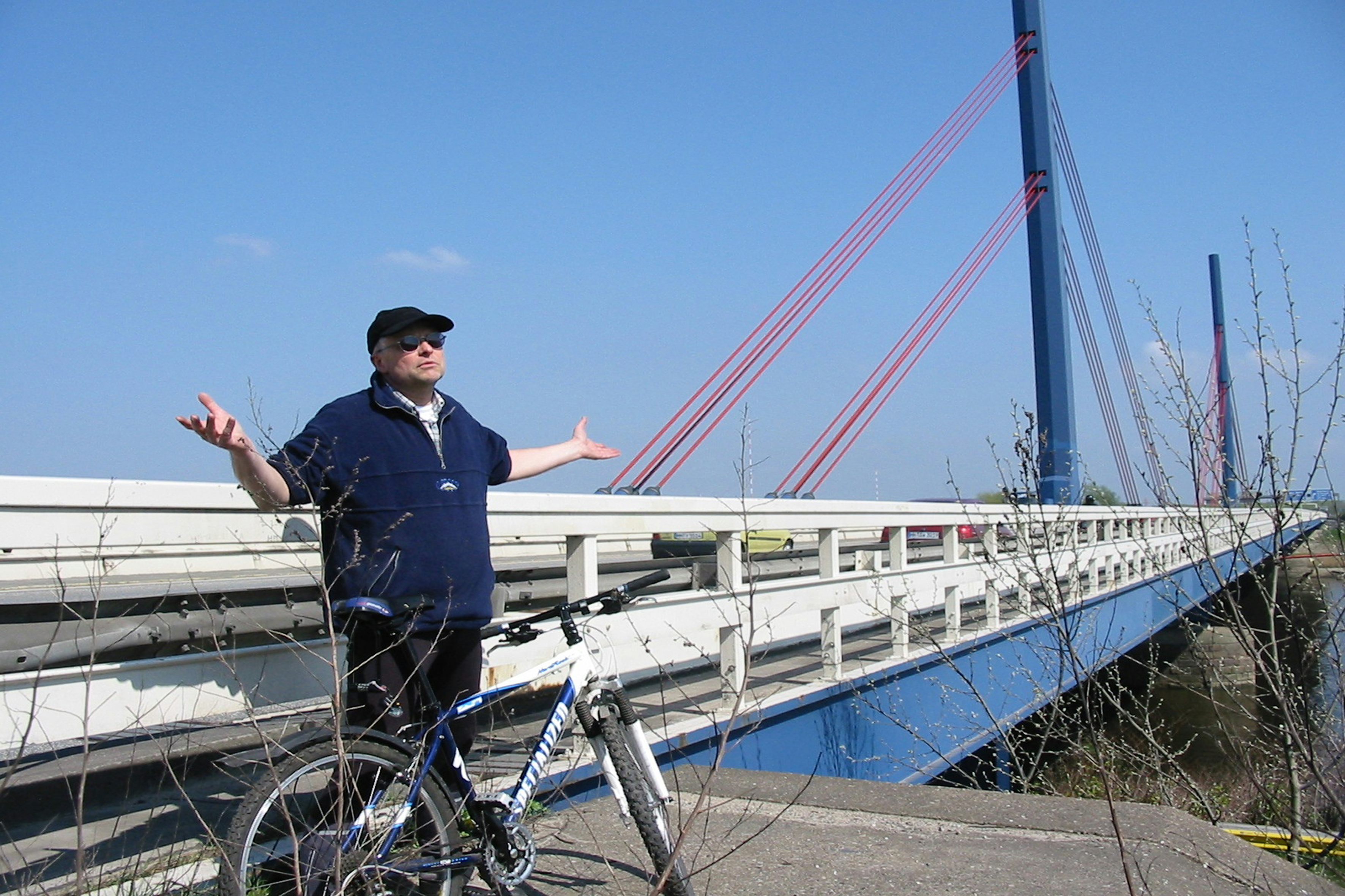 Kein Radweg an der Autobahnbrücke A1