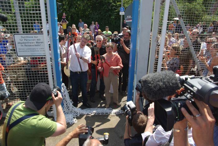 Das Tor geht auf - der Zollzaun im Spreehafen wird geknackt