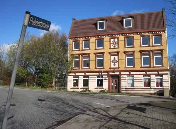 Die Rubbertstraße führt auf das Rubberthaus, Vogelhüttendeich 159, vor dem Ernst-August-Kanal Cc: Michael Rothschuh