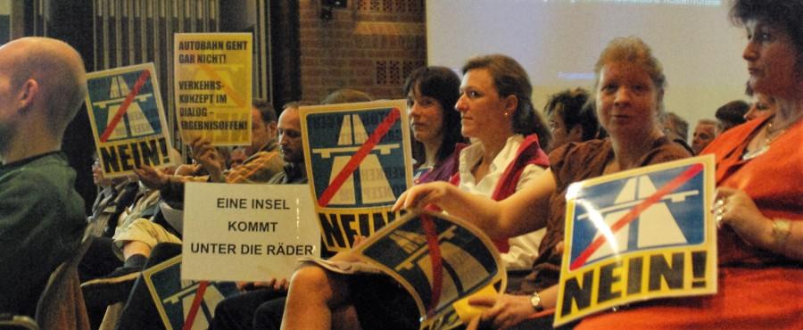 Dialog gefordert - hier auf einer Wilhelmsburger Bürgerversammlung 2009 - eine Prüfung von Alternativen hat bisher nicht statt gefunden.